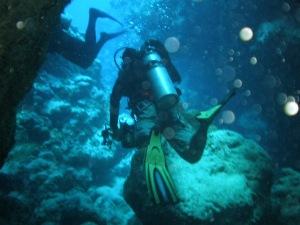 divers weaving through