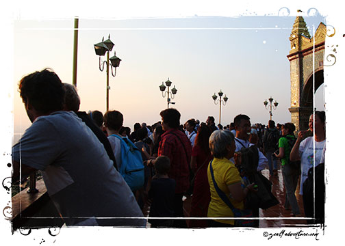 crowd-waiting-for-sunset