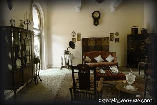 Kellies-Castle-living-room-reolica